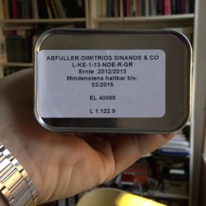 Der Abfüller ist nicht zwingend der Erzeuger der Oliven oder des Öls, und vom MHD kann man nicht zwingend auf das Erntedatum schließen, deshalb ist beides nötig.