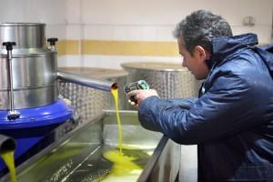 Letzte Temperaturkontrolle am Ausgang des Separators: Dimitrios Sinanos (der unser Öl No. 23 macht) nimmt es, zum Glück, extrem genau.